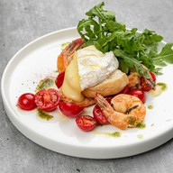 Салат с креветками гриль и каммамбером Фото