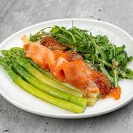 Салат с лососем и спаржей Фото