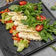 Горячий салат с халуми гриль Фото