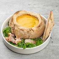 Суп гороховый с беконом в ржаной булке Фото