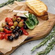Закуска из маслин и вяленых томатов Фото