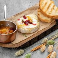 Сыр жареный с брусничным соусом Фото