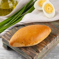 Мини пирожок с луком и яйцом Фото