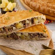 Пирог слоеный с мясом и картофелем Фото