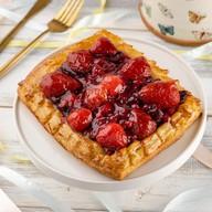 Пирог слоеный с ягодами Фото