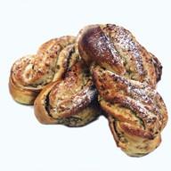 Булочка плетеная с грецким орехом Фото
