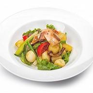 Теплый салат с рыбой Фото