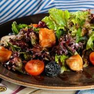 Легкий салат с жареным лососем Фото