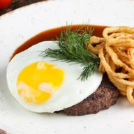 Мясной бифштекс с яйцом и луком пай Фото