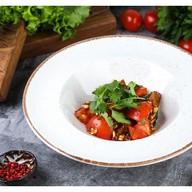 Салат с хрустящими баклажанами, томатами Фото