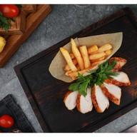 Стейк из куриного филе с картофелем фри Фото