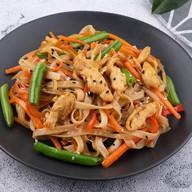 Рисовая лапша с курицей по-тайски Фото