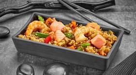 Рис с креветкой, лососем в соусе терияки - Фото