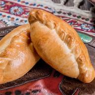 Пирожок с курицей и картофелем Фото