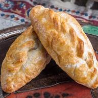 Пирожок с сыром и ветчиной Фото