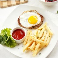 Рубленый бифштекс с яйцом Фото