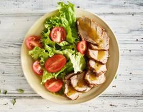 Салат с подкопчённой свининой и манго - Фото