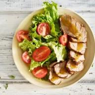 Салат с подкопчённой свининой и манго Фото