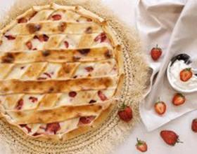 Пирог с клубникой и сметаной - Фото