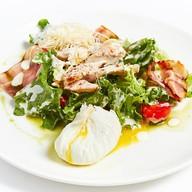 Куриный салат с яйцом пашот Фото