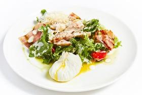 Куриный салат с яйцом пашот - Фото