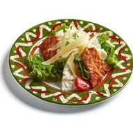 Цезарь салат со спинкой лосося на гриле Фото