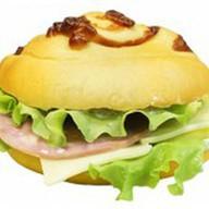 Сэндвич с ветчиной, сыром и омлетом Фото