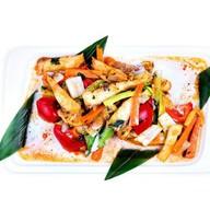 Тилапия с овощами в красном карри Фото