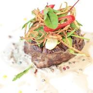 Стейк из говядины с перечным соусом Фото