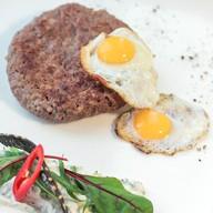 Бифштекс из говядины с соусом ранч Фото