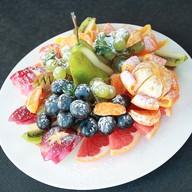 Фруктовая тарелка (сезонные фрукты) Фото