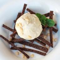 Мороженое с белыми грибами и чипсами Фото