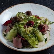Салат из говядины с зеленым салатом Фото