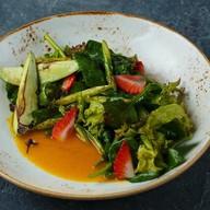 Салат со спаржей, клубникой и соусом Фото