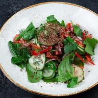 Салат из свежих овощей со шпинатом Фото