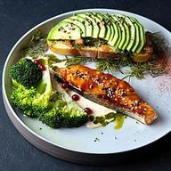 Стейк семги с авокадо и брокколи Фото