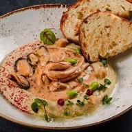 Хумус с морепродуктами Фото