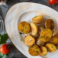 Молодой запечённый картофель Фото