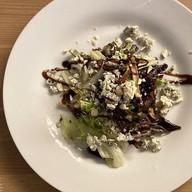 Салат с финиками и сыром дор блю Фото