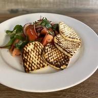Салат с жареным сыром и томатами Фото