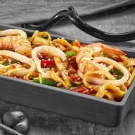 Удон с морепродуктами с китайским соусом Фото