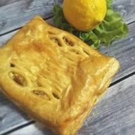 С кетой, лимоном и зеленью (слоеный) Фото