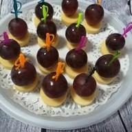 Канапе на шпажке с сыром и виноградом Фото