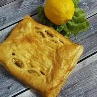 С горбушей, вешенками, лимоном (слоеный) Фото