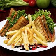 Сэндвич-клаб с беконом и ветчиной Фото