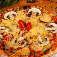 Пицца домашняя с курицей и грибами Фото