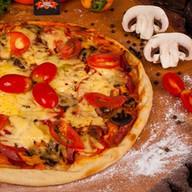 Пицца домашняя с колбасой Фото