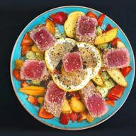 Горячий салат с тунцом Фото