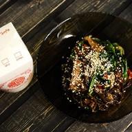 Wok с говядиной и шпинатом, соус терияки Фото