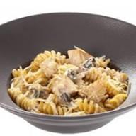Макароны с копченой курицей и грибами Фото